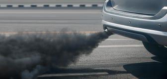 Crisi di inquinamento atmosferico in città dal tubo di scarico del veicolo diesel sulla strada immagine stock libera da diritti