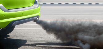 Crisi di inquinamento atmosferico in città dal tubo di scarico del veicolo diesel sulla strada fotografie stock