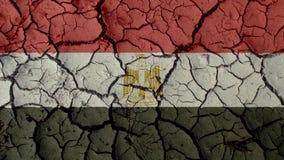 Crisi politica o crepe ambientali del fango di concetto con la bandiera dell'Egitto fotografie stock