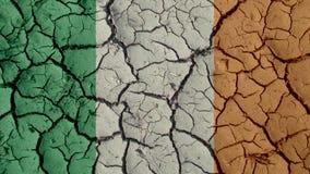 Crisi politica o crepe ambientali del fango di concetto con la bandiera dell'Irlanda fotografia stock libera da diritti