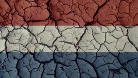 Crisi politica o crepe ambientali del fango di concetto con la bandiera olandese fotografia stock libera da diritti
