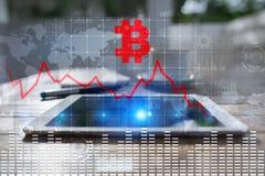 Crisis de Cryptocurrency en la pantalla virtual Caídas de Bitcoin y de Ethereum imagen de archivo