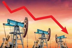 Crisis del precio del petróleo Ejemplo del gráfico de la caída de precios del aceite Imagen de archivo libre de regalías