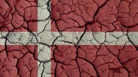 Crisis política o grietas ambientales del fango del concepto con la bandera de Dinamarca fotos de archivo