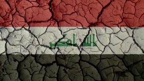 Crisis política o grietas ambientales del fango del concepto con la bandera de Iraq imagenes de archivo