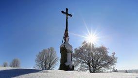 Crisis religiosa en el paisaje del invierno encendido Foto de archivo libre de regalías