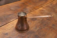 Crisol de cobre viejo del café Imagen de archivo libre de regalías