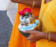 Crisol de la leche del devoto que lleva imágenes de archivo libres de regalías