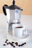 Crisol de Moka y taza de café del café express Foto de archivo libre de regalías