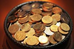 Crisol de monedas de oro Imágenes de archivo libres de regalías