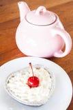 Crisol del té con el pastel de queso rojo del terciopelo imagenes de archivo