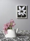 Crisol del té usado como florero Fotografía de archivo