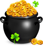 Crisol negro de oro de los leprechauns con los tréboles Foto de archivo libre de regalías