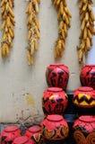 Crisol y maíz de la bebida del estilo chino en campo Fotografía de archivo libre de regalías