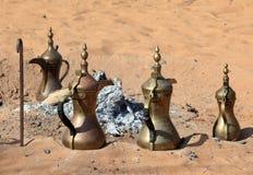 Crisoles árabes tradicionales del café fotos de archivo