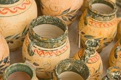 Crisoles adornados en venta en Crete. fotografía de archivo