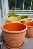 Crisoles de arcilla coloridos Foto de archivo