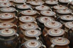 Crisoles de arcilla con las cubiertas Imagen de archivo