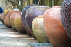 Crisoles de arcilla viejos hechos a mano de la loza de barro Imagenes de archivo