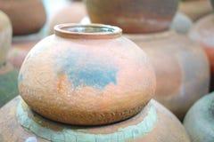 Crisoles de arcilla viejos hechos a mano de la loza de barro Fotos de archivo libres de regalías