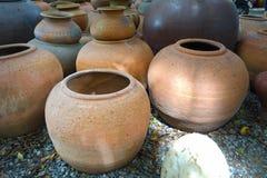 Crisoles de arcilla viejos hechos a mano de la loza de barro Imagen de archivo
