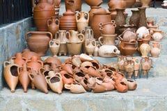 Crisoles de arcilla y amphoras en Nesebar, Bulgaria Imagen de archivo libre de regalías