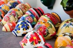 Crisoles de cerámica coloridos en el mercado Fotos de archivo