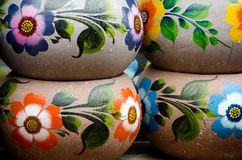 Crisoles de cerámica mexicanos coloridos en pueblo viejo Imágenes de archivo libres de regalías