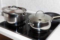 Crisoles en una cocina Foto de archivo