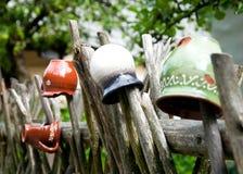 Crisoles que dan en la cerca de madera para la decoración Fotografía de archivo