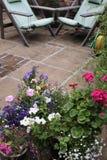 Crisoles y asiento del patio imagenes de archivo