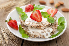 Crisp bread with cottage cheese and berries Stock Photography