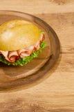 Crisp produzido no prato de madeira imagens de stock