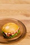 Crisp produzido no prato de madeira com cópia fotos de stock royalty free