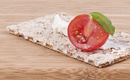 Crispbread,cherry tomato and basil appetizer Royalty Free Stock Photos