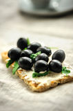 Crispbread with fromage, olives and herbs Royalty Free Stock Photos