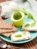 Crispbread z Kremowym serem i świeżymi ziele na drewnianej desce obrazy royalty free