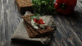 Crispbread z miękkim chałupa serem i czerwonym pieprzem zdjęcie wideo