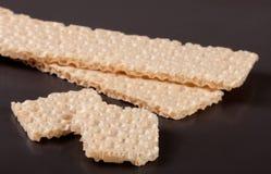 2 crispbreads зерна на темной предпосылке Стоковое Фото