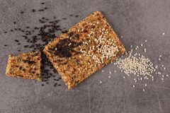 Crispy flatbread krakers z sezamowymi i konopianymi ziarnami Zdjęcie Royalty Free