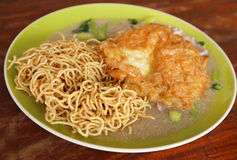 Crispy fried noodles with omelet Royalty Free Stock Images