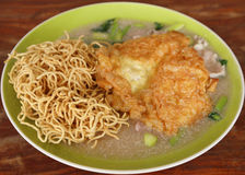 Crispy fried noodles with omelet Stock Images