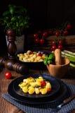 Crispy gnocchi z piec pomidorami i asparagusem fotografia royalty free