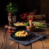 Crispy gnocchi z piec pomidorami i asparagusem zdjęcie stock