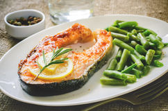 Crispy grilled salmon steak with green beans Stock Image