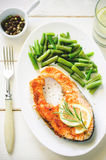 Crispy grilled salmon steak with green beans Stock Photos