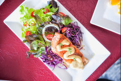Crispy grilled salmon steak with salad Stock Photos