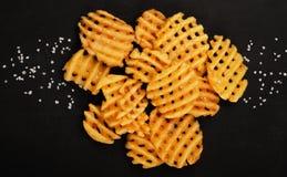 Crispy kartoflani gofry smażą, falisty, crinkle cięcie, criss krzyżują crie zdjęcie stock