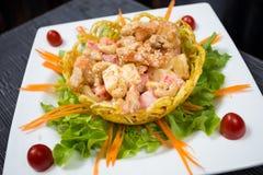 Crispy krewetki z Owocową sałatką Fotografia Royalty Free