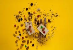 Crispy opłatki z czekoladą, dokrętki na jaskrawym żółtym tle Cukierki pojęcie, kopii przestrzeń fotografia stock